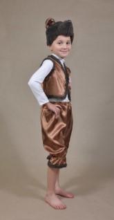 Ребенок боком в костюме и босиком