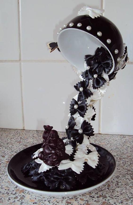 Черно-белые макароны в парящей чашке
