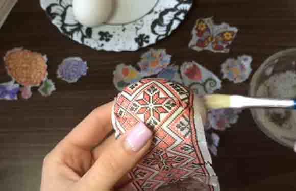prikleivanie ornamenta na salfetku