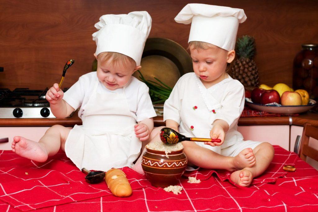 малыши готовят