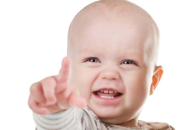 ребенок показывает пальцем