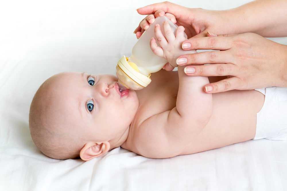 ребенок кушает смесь из бутылочки сам