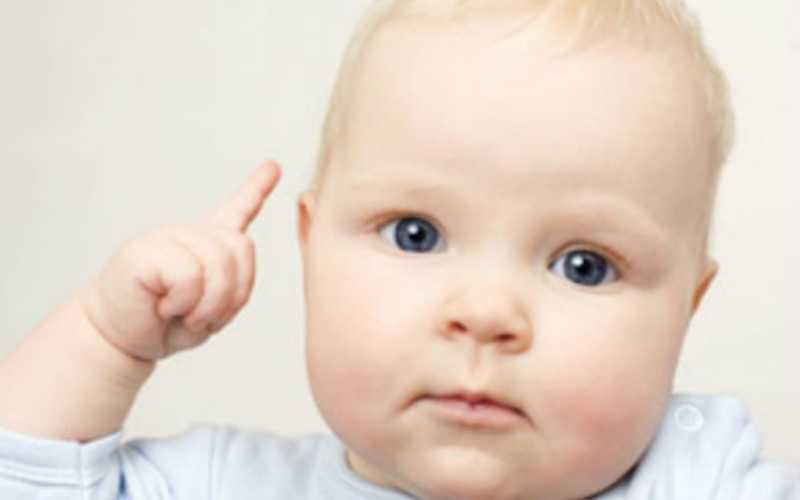 малыш показывает пальчиком