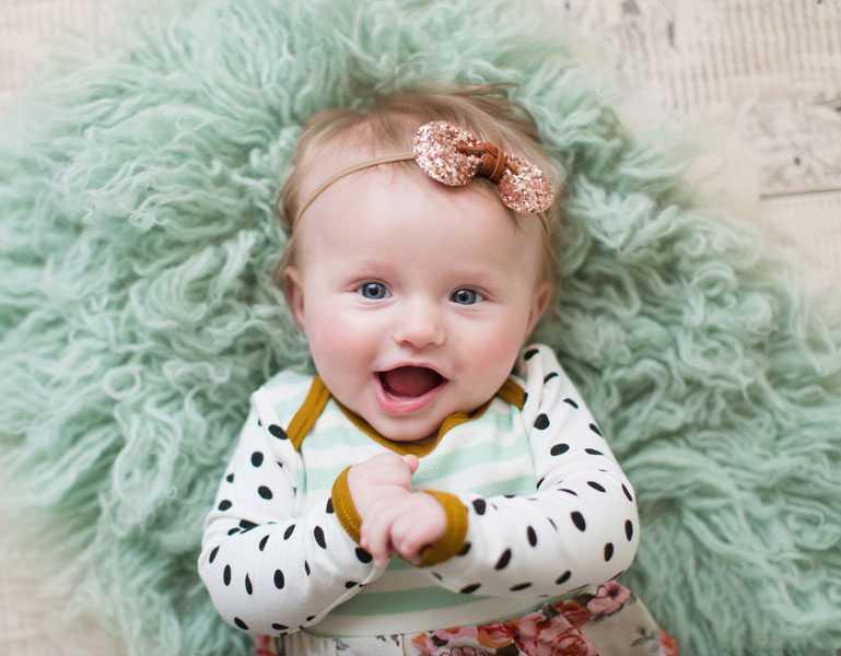 девочка улыбается в 4 месяца