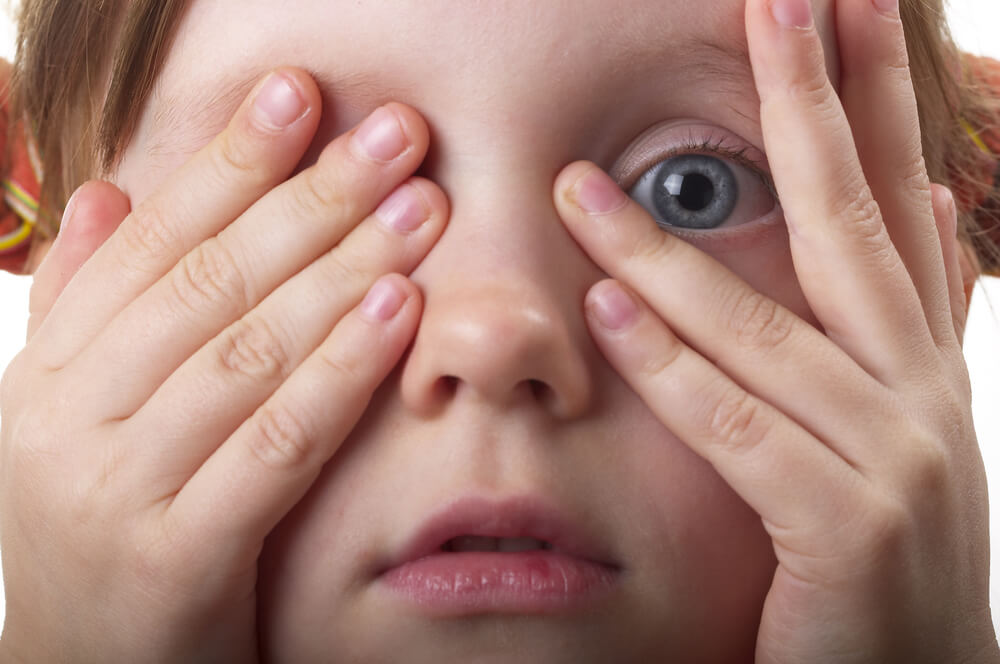 ребенок закрывает один глаз