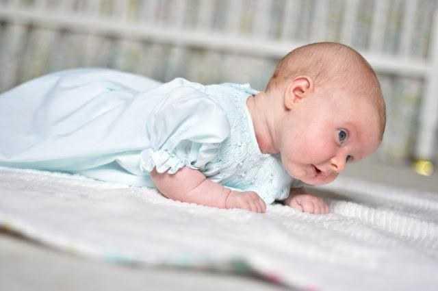 ребенок в 2 месяца умеет держать голову