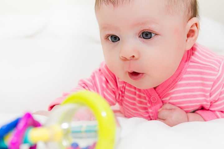 пятимесячный ребенок с игрушкой