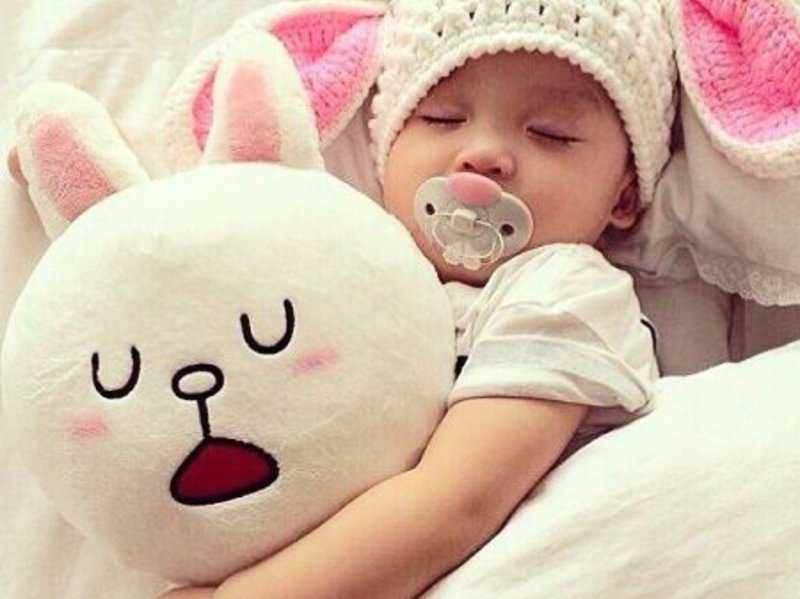 девочка спит с зайкой