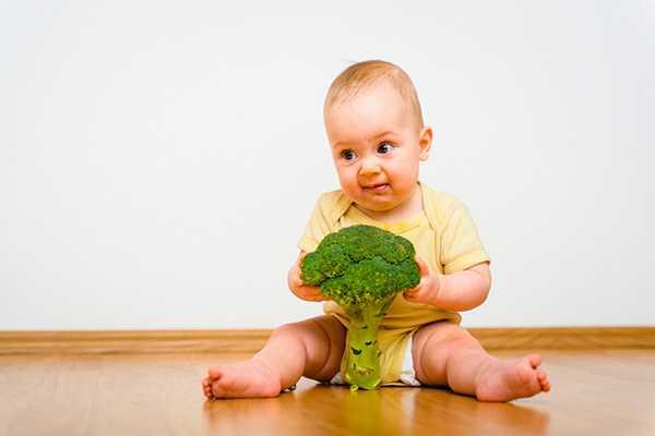 ребенок и брокколи