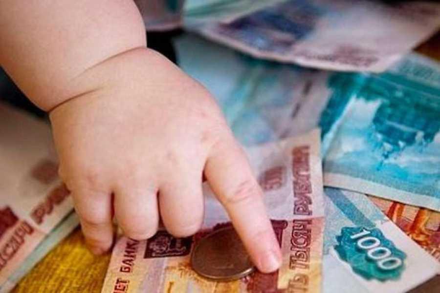 ручка ребенка и деньги