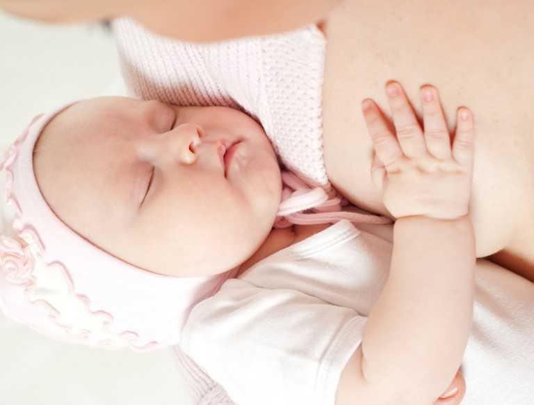 малышка у груди