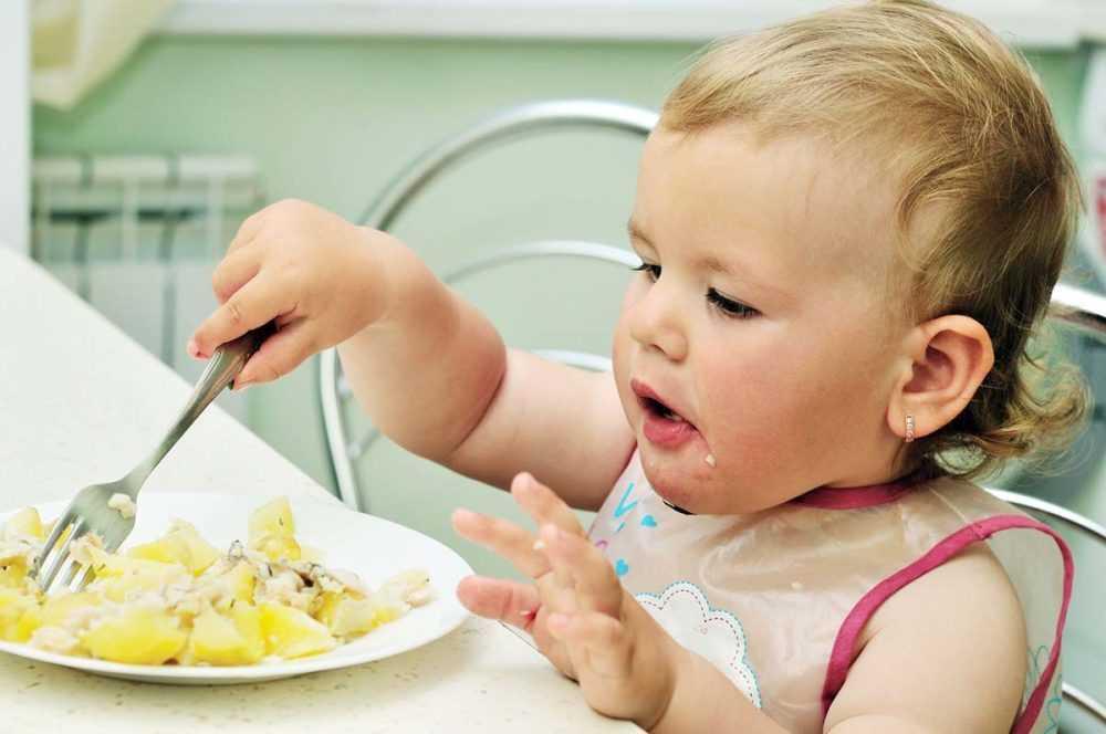 ребенок 10 месяцев ест сам
