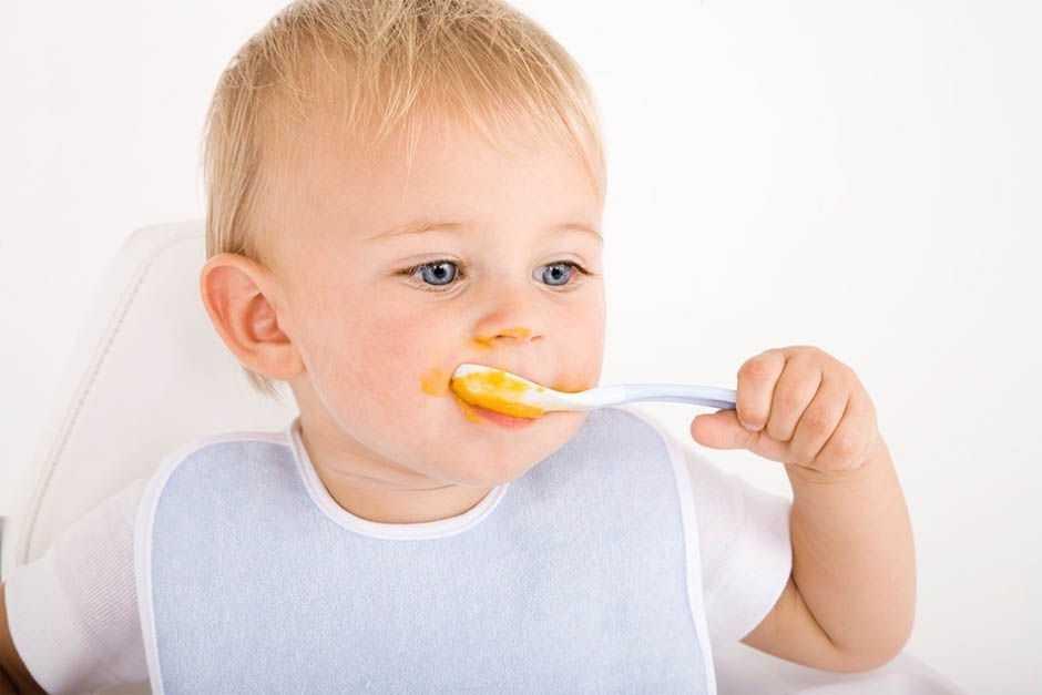 ребенок с ложкой 1 год