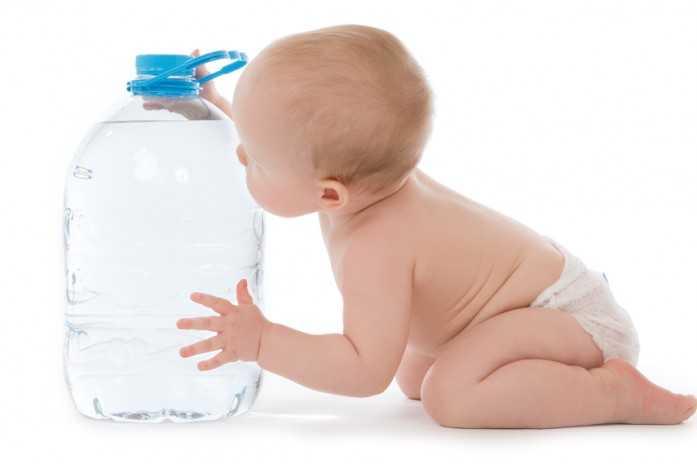 бутылка воды и грудничок
