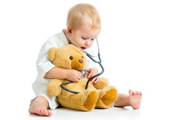 маленький ребенок с мишкой и стетоскопом