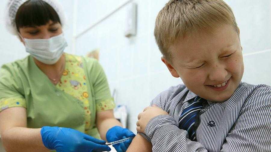 мальчик боится делать прививку