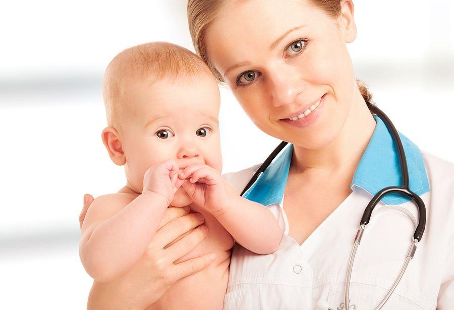 врач с малышом