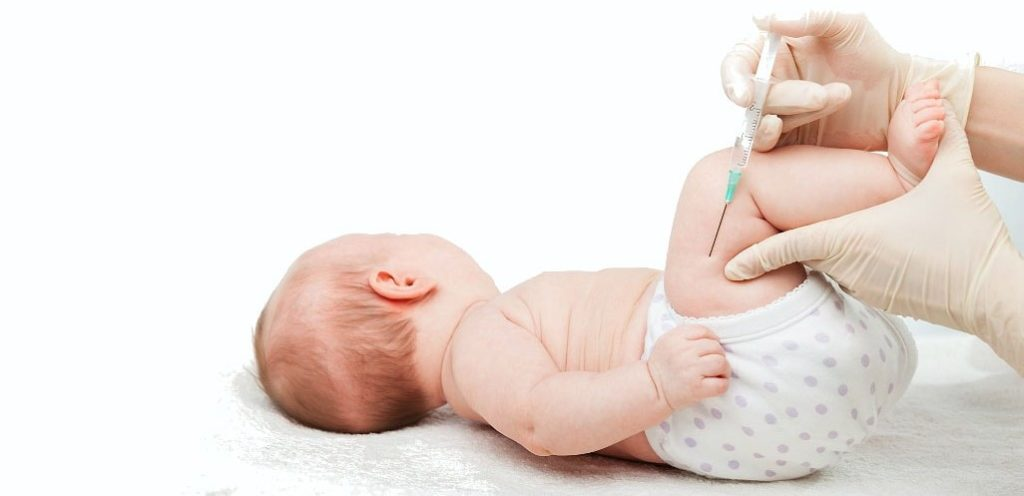 малышу делают укол