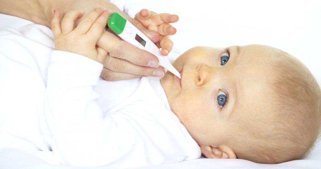 младенцу измеряют температуру