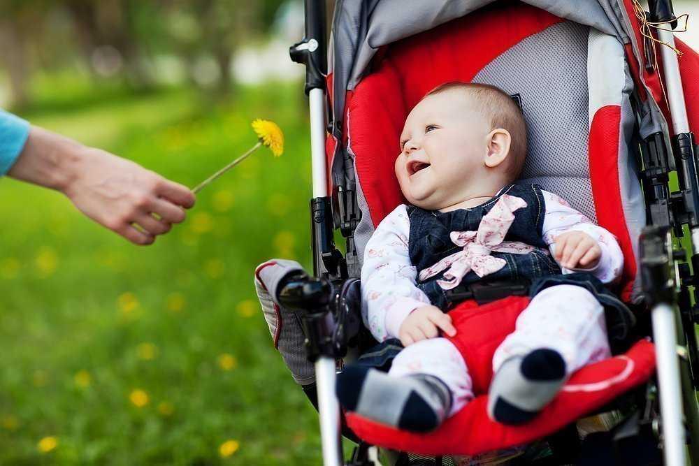 малыш с мамой гуляет