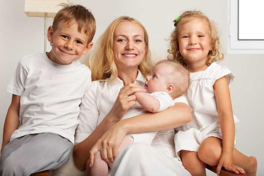 три ребенка и мама