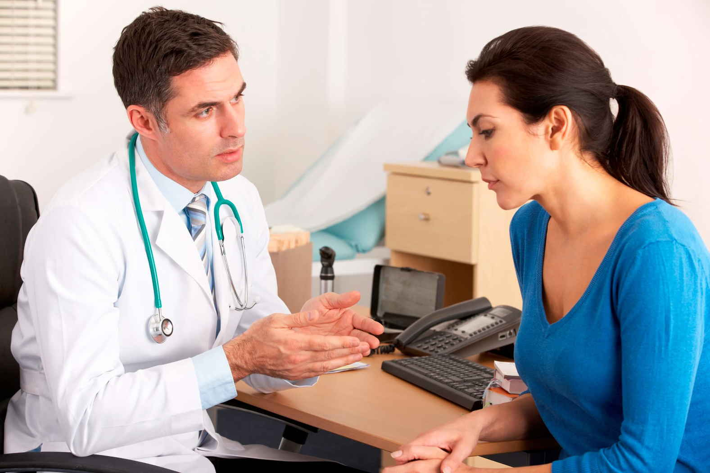 врач рассказывает маме