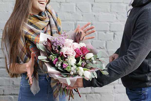 Преимущества покупки цветов с доставкой?
