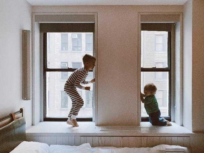 Способы защитить детей от выпадения из окна